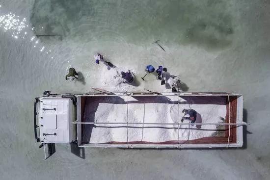 玻利维亚。盐商在卡车上装载富含锂的盐